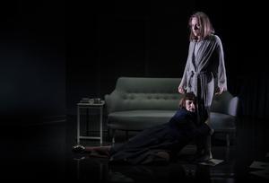 Sara Turpins Karin Boye tillsammans med sin livskamrat Margot Hanel, spelad av Maria Zakrisson Mortensson.  Foto: Markus Gårder