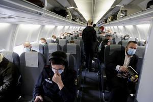 Sedan den 18 maj måste all personal och alla över sex år som reser med SAS bära munskydd. Arkivbild.