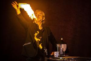 Joe Labero rör sig med både eld och stora isblock i sin föreställning.
