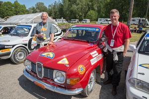Göran Huggare och han bror Sture, t v, under uppehållet. De körde tävlingen med en glänsande Saab, som uppnått den aktiningsvärda åldern av 50 år.