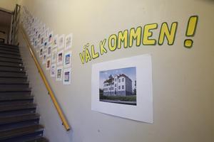 Gästerna välkomnades med konst av Sandarne skola som alla elever på målat.