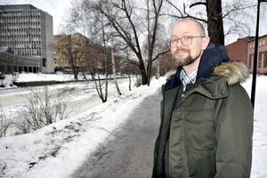 Johan Gudmundson, distriktsläkare i Region Västernorrland, menar att man inte kan förklara ökade stafettkostnader med att det krävs handledning av ST-läkare, det vill säga läkare under utbildning:
