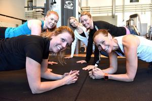 Stina Hettema till höger och till vänster ser man Caroline Svensson. Bakom dem Martina Norlin, Jennie Hanspers och Maria Sörbu.
