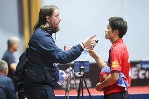 Tränaren Tobias Bergman ger råd till Yuma Tsuboi.