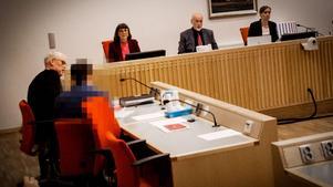 Den mordmisstänkte falubon menar att han inte känner till någon kniv överhuvudtaget.