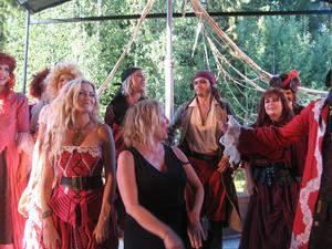 Hela ensemblen med regissören Märit Bergvall svartklädd i förgrunden
