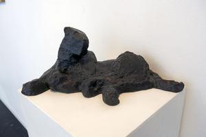 Ett lejon på väg att resa sig ur en bronspöl, enligt vår kritiker.