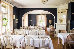 Den stora matsalen har renoverats och fått mörkblå väggar.