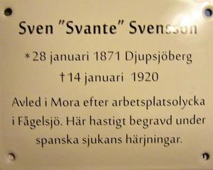 På emaljskylten står några korta ord om Svante Svenssons livsöde. Foto: Privat