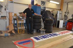 Förutom att Örjan Kring rostskyddar bilar, säljer han däck, byter rutor och har en bilverkstad.