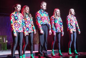 Tobias Johansson och dansarna, genomlider en sorts nollning när de av de äldre tvingas göra El Baion i fula skjortor. I baletten: Amelia Hjelm, Thea Back, Kajsa Haglind Björklund och Tilda Forslund.