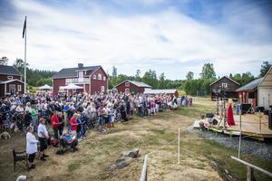 Full fart på pårets premiär av allsång på Tynderö.