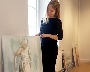 Konstnären Maria Oscarsson Marle förbereder inför utställningen på lördag på Galleri Kretsen. Foto: Privat