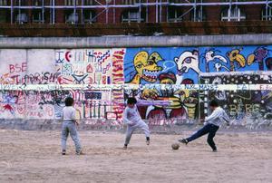 Bilderna tagna från västsidan, där människor kunde röra sig helt fritt nära den grafittimålade muren, att cykla och spaka boll var inga problem. Det gick inte för sig på östsidan. Foto: Lasse Halvarsson