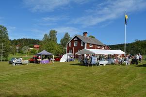 Hela planen vid hembygdsgården av full med utställare och besökande.