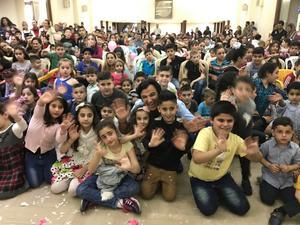 Påsken 2017 besökte Nuri Kino ett flyktingläger i Libanon fick mat, barnkalas och underhållning av bland andra en cirkusgrupp tack vare bland andra ADFA. Foto: Privat
