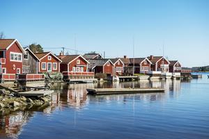 Spikarna är ett idylliskt fiskeläge på sydöstra Alnö där man verkligen känner havsdoften och lugnet. Här kan man strosa bland fiskestugor och båthus – känslan av