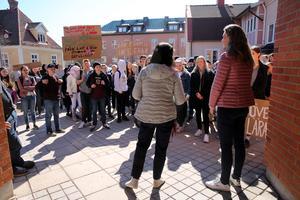 Skolchefen och ordförande i för-och grundskolenämnden mötte demonstranterna utanför kommunhuset.