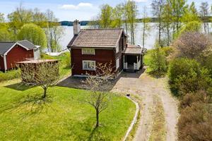 Huset byggt 1929 står på en tomt om 1538 kvadratmeter. Via nyttjaderättsavtal tillgång till egen strand, brygga och båtplats. Foto: Patrik Persson.