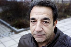 Förra vintern körde Senol Güzel fast med rullstolen flera gånger utanför sin bostad. Nu bävar han inför kommande vinter.