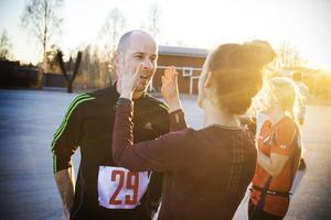 Anders Wängefors kommer i mål under jubel och applåder.