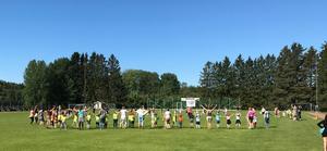 Förskoleklassare från Rimbo västra förskoleområde på aktivitetsdag i strålande solsken.