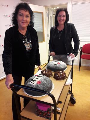 Ulla och Hanna bjuder på musikalisk tårta.
