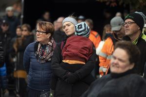 Någonstans mellan 400 och 500 personer samlades på lördagseftermiddagen på torget i Ånge för att manifestera mot den planerade nedläggningen av sågen i Östavall.