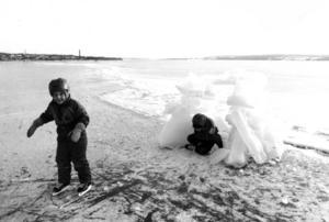 Om isen inte håller för biltrafik så kan man i alla fall åka skridskor och leka på den.