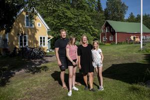 Jens och Helene Person med döttrarna Tilda och Maja. Äldsta dottern Linnea var inne på land när ÖA helg kom på besök.