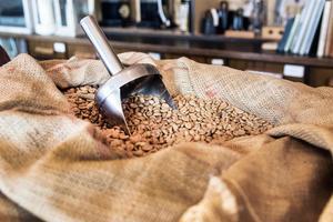 Kaffe finns ifall man vill testa den eldrivna kaffekvarnen.