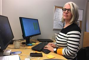 Genom att ta bort demensteamet och istället höja kunskapen om demens inom hela hemtjänsten, kanske Lena kan spara 1,4 miljoner kronor.