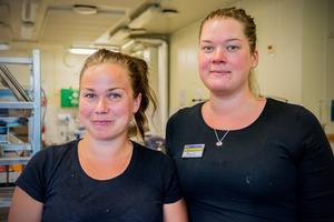Ellinor Look Boije och Malin Matsson lagar hundra portioner per dag till räddningspersonalen.