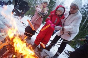 Korvgrillning där Lahja Salonen hjälper Zvea Söderström.