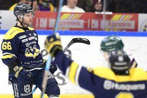 HV71s Alexander Yterell gör 4-3 till sitt lag under fredagens ishockeymatch i SHL mellan HV71 och Färjestad BK i Kinnarps Arena.