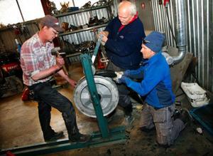 Det är ett långt ifrån rent jobb att sköta om skidliftar. Det är många stora – och små delar, att hålla reda på.Lennart Bergmark, Sven Sundin och Magnus Stockenstrand hjälps åt med det lite krångliga arbetet att byta gummi på lifthjulen.