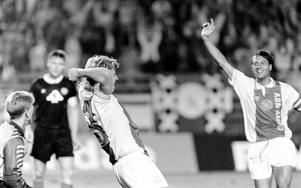 Svenska landslagsanfallaren Stefan Pettersson klappas om av lagkaptenen John van t'Ship och John van Loen efter 3–0-målet.