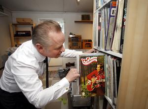 Överallt i Kingens studio finns det skivor. Det är bara att önska vad man vill höra.