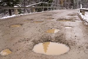 Särvsjövägen är bitvis riktigt otrevlig att köra bil på.