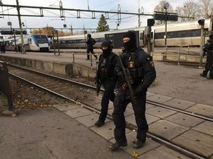 Tungt beväpnad polis kontrollerade resenärerna som befann sig vid Sala järnvägsstation. Tre rånare greps i samband med detta.