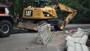 Hjulgrävaren fick bärgas från grävarbetet på Liegatan.