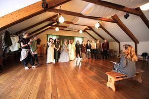 Ensemblen samlad för repetion hemma på Annaskolan under Helena Skörsemos ledning.