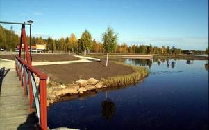 Sjön Saxens strand har snyggats till. När Dala-Demokraten besökte platsen återstod endast beläggningsarbetena.FOTO: OVE ANDERSSON