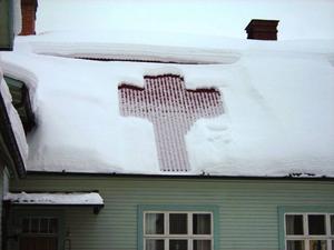 Snön på taket till Elimkapellet i Bräcke hade rasat och bildat detta kors. Märkligt kan tyckas eller är det kanske bara en hälsning från Gud.