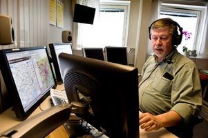 Bertel Bruce på Sveriges Radios trafikredaktion i Stockholm kan med en enkel knapptryckning bryta alla radiosändningar i hela landet för att få ut viktiga meddelanden.Foto: Pontus Lundahl/Scanpix