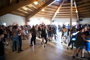 Fullt ös på dansgolvet under torsdagens dans i Kovland.