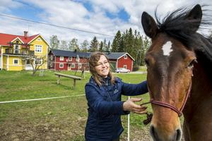 Kerstin Brandell-Svensson driver Sweden4U i Stöde, här kan även ryttare och deras hästar övernatta. I den röda byggnaden finns rum att hyra.