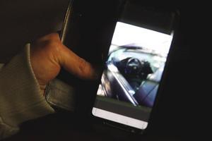 En anonym hyresgäst på Klockarvägen visar sin vandaliserade bil.