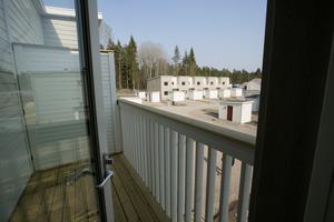 Ett av sovrummen på det övre planet har balkong.