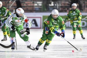 Malin Persson i duell med en Tatiana Gurinchik i SM-finalen – en annan elitseriegigant som värvades till Skutskär mitt under säsongen. Bild: Fredrik Sandberg / TT